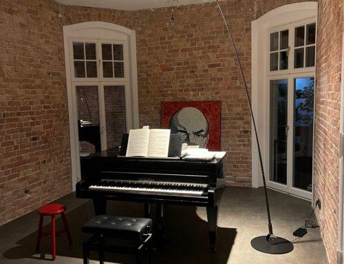 Die Stehleuchte Sampei spielt am Klavier